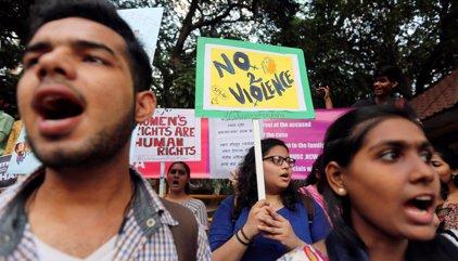 Un grupo de hombres prende fuego en el este de India a una niña de 10 años por resistirse a su violación