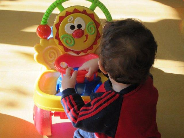 Un niño jugando