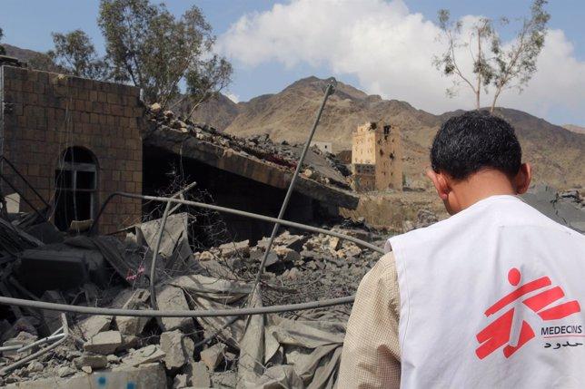 Trabajador de MSF observa los restos de un hospita