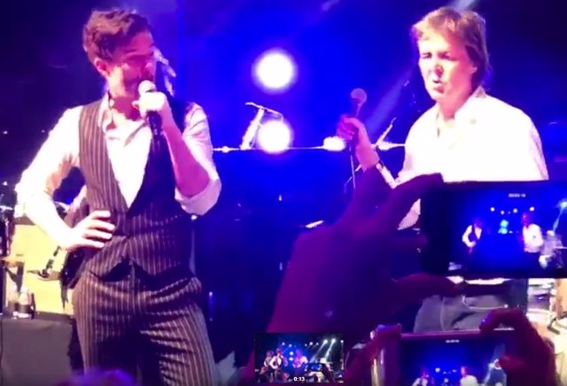 "VIDEO | Paul McCartney canta ""Helter Skelter"" junto a The Killers"