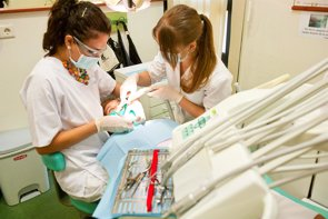 """Dentistas piden la """"urgente"""" regulación de la publicidad sanitaria, donde no se empleen ofertas, descuentos, ni famosos (MIGUEL D. M. (WWW.MDMFOTO.ES))"""