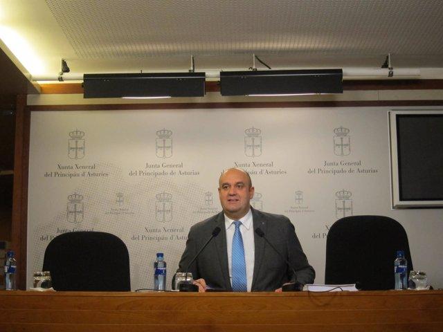 El diputado de Foro Asturias Pedro Leal en rueda de prensa