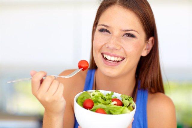 Ensalada, alimentos saludables, dieta mediterránea, comer, comiendo