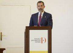 El Rey Felipe VI recibe a la nueva promoción de diplomáticos