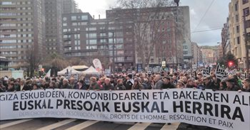 Miles de personas se manifiestan en Bilbao para pedir el fin de la...