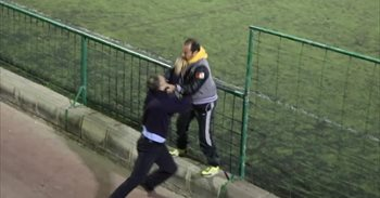 La lamentable pelea entre dos padres durante un partido de fútbol de...