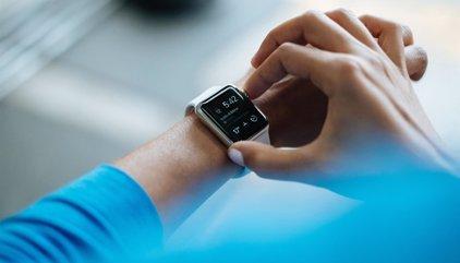 ¿Quieres ponerte en forma? Mira estos consejos para comprar una pulsera 'fitness' o un 'smartwatch'