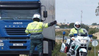 Un informe denuncia el aumento desde 2010 de las multas de la Guardia Civil y el desplome del auxilio en carretera