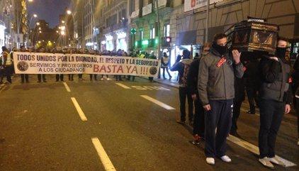 """Zoido se ofrece a mediar con los mossos tras una manifestación en Barcelona que califica de """"llamada de atención"""""""