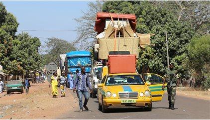 Al menos 26.000 personas cruzan de Gambia a Senegal por la escalada de tensiones