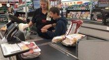 El bonito gesto de esta cajera que hizo feliz a un chico con parálisis cerebral (INSTAGRAM/ JEANIE_36)
