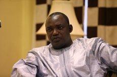 Adama Barrow jura com a president de Gàmbia a l'Ambaixada a Dakar (REUTERS/AFOLABI SOTUNDE)