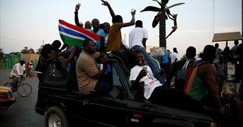 Los gambianos celebran en las calles de Banjul la investidura de Barrow