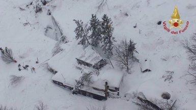Localitzades amb vida sis persones a l'hotel enterrat per la neu a Itàlia (VIGILI DEL FUOCO)