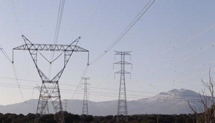 El precio de la electricidad baja mañana un 8%, pero es el mayor para un fin de semana desde 2013