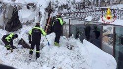 Rescatades cinc persones, quatre d'elles nens, de l'hotel enterrat a Itàlia (BOMBEROS ITALIA)