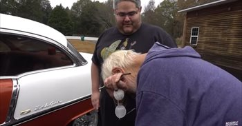 Las lágrimas de este anciano al ver que su hijo le regala el coche de sus...