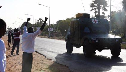 Tropas africanas entran entre vítores en la capital de Gambia