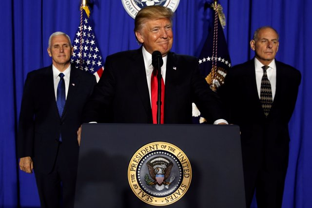 Donald Trump junto a Mike Pence y John Kelly