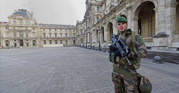 Militares franceses abaten a un hombre que intentaba entrar en el Louvre...