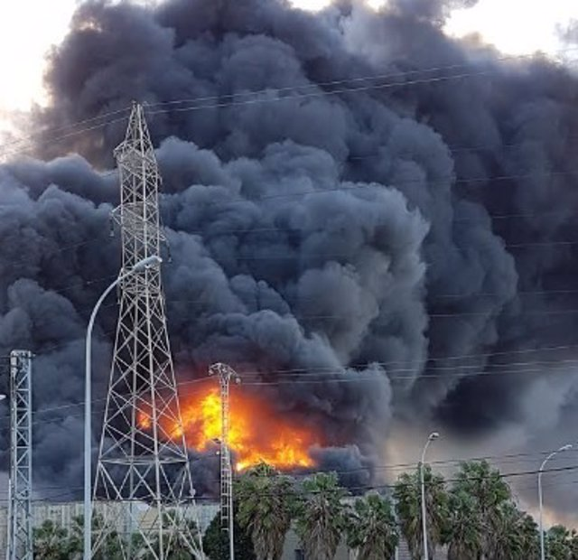Los bomberos siguen trabajando en el incendio de paterna - El tiempo en paterna valencia ...
