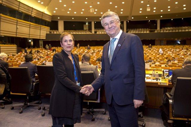 La presidenta Barkos saluda al presidente del CdR