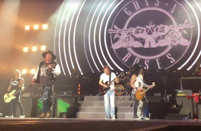 VÍDEO: Angus Young aparece por sorpresa en un concierto de GN'R para tocar.... Fotonoticia_20170210151327_640