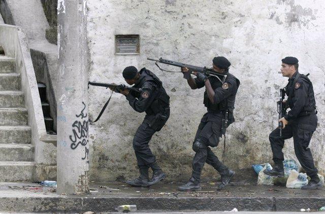 Policía militar brasileña entra en una favela de Rio de Janeiro