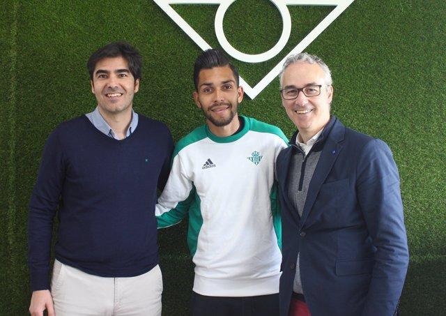 Ángel Haro, Petros i Miguel Torrecilla posen després de la renovació del jugador