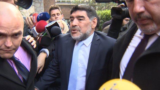 Maradona sale de la comida con el Real Madrid
