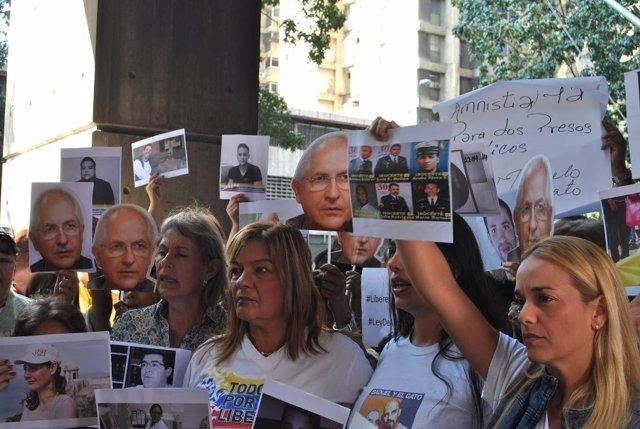 Lilian Tintori protesta en la Defensoría del Pueblo