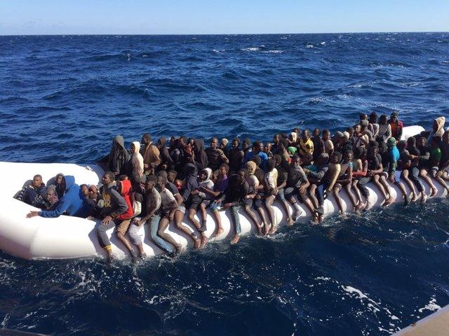 Rescate de un barco con inmigrantes por el 'Aquarius'