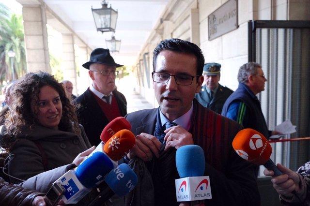 Francisco Cuenca, alcalde de Granada, atiende a los medios al llegar al juzgado