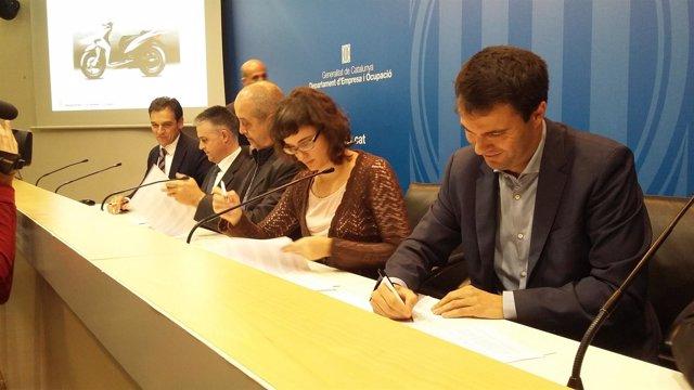 El conseller F.Puig, la concejal M.Vidal con Volta, Scutum, Torrot y Rieju