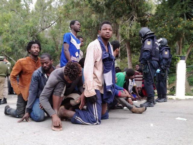 Inmigrantes llegan a Ceuta este viernes tras el último salto a la valla
