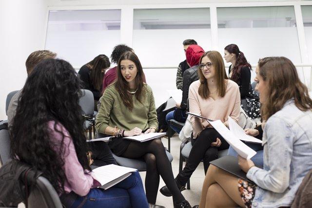 Alumnas durante un taller sobre moda