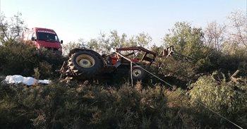 Un hombre fallece al volcar su tractor en Alpartir (Zaragoza)