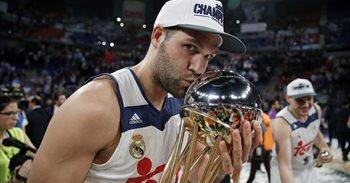 Felipe Reyes celebra el nacimiento de su hijo Axel con su sexta Copa