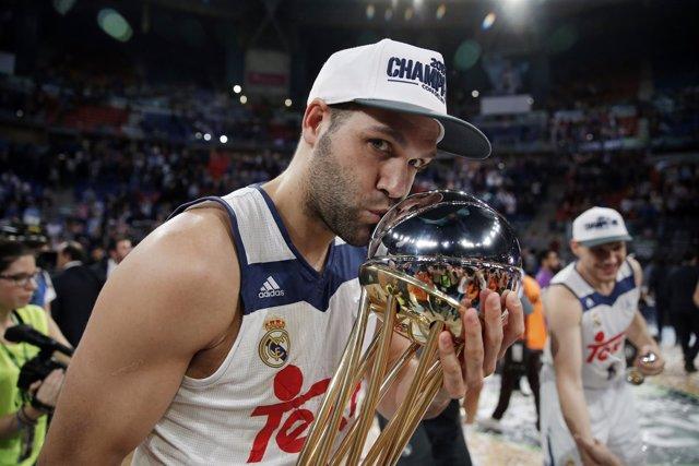 Felipe Reyes celebra la Copa
