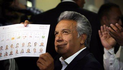 Las encuestas a pie de urna dan la victoria a Lenin Moreno, pero difieren en si habrá segunda vuelta