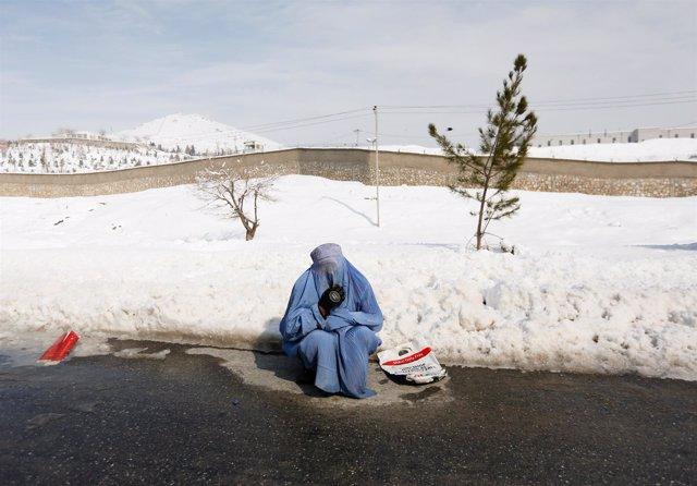 Una mujer con burka en una de las zonas afectadas por las nevadas