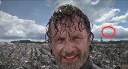 ¿Aparece un avión volando detrás de Rick en The Walking Dead? (YOUTUBE)