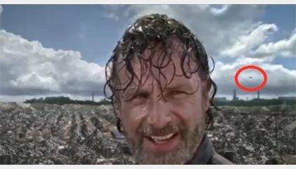 ¿Aparece un avión volando detrás de Rick en The Walking Dead?