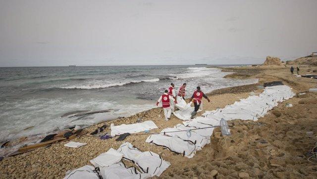 Cadáveres en una playa de Libia tras un naufragio