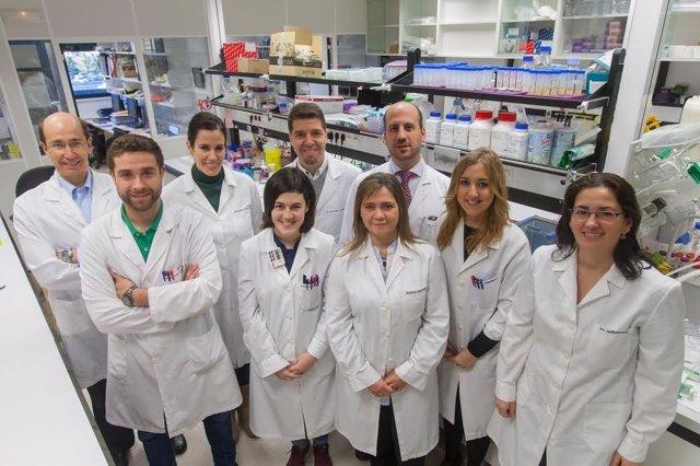 El Dr. Vicent (centro) junto con su equipo del CIMA y de la Clínica Universidad.