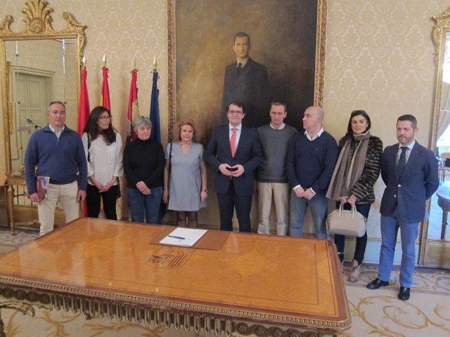 El alcalde firma convenio con asociaciones de guías de turismo