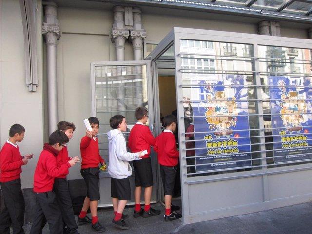 Algunos de los escolares entran en el Teatro Bretón