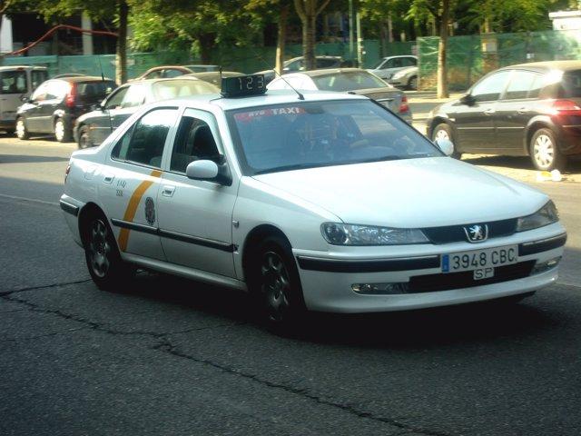 Un Taxi Por Las Calles De Sevilla