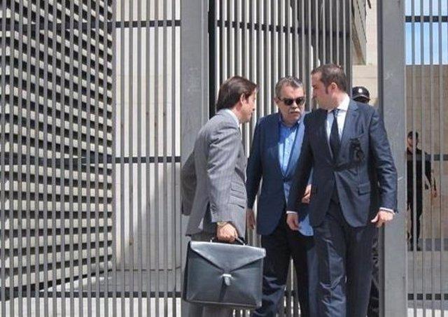 Soler (centro) saliendo de los juzgados