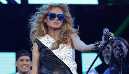 VÍDEO: Paulina Rubio se despeña desde el escenario en pleno concierto